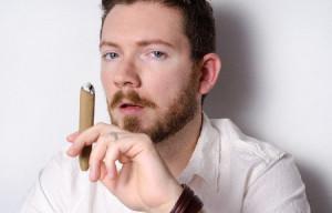 タバコを数外国人男性